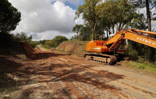 Recomeçaram os trabalhos de beneficiação da estrada das Sobreiras Altas em Grândola