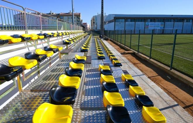Campo sintético do Estádio Municipal já tem bancada