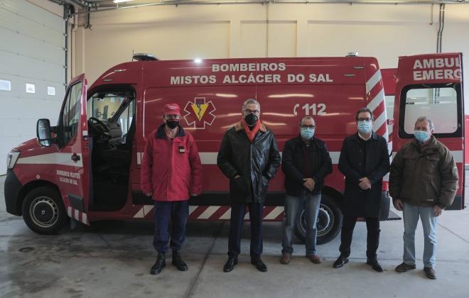 Município oferece ambulância aos bombeiros de Alcácer do Sal