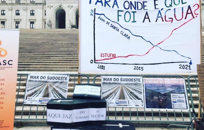Populares manifestaram-se junto ao parlamento contra a agricultura intensiva no sudoeste alentejano