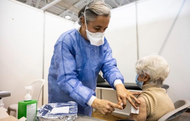 Covid-19: Quase metade da população tem a vacinação completa